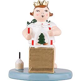 Weihnachtsengel sitzend mit Krone und Pyramide   -  6,5cm